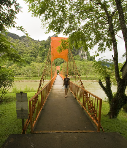 A footbridge over the Nam Xong River on the way to Thamchang Cave