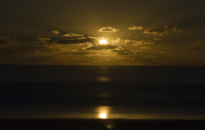 Stunning moonrise over the ocean from Guruman