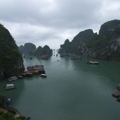 Boats lining up to enter Hang Thien Cung cave